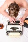 Skriva rutin Ingen dag utan kapitel Tappningskrivmaskinsbegrepp Man som skriver den retro skrivande maskinen Gammal skrivmaskin p arkivbild