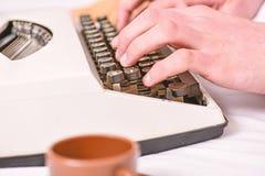 Skriva rutin Tappningskrivmaskinsbegrepp Händer som skriver den retro skrivande maskinen Gamla skrivmaskins- och författarehänder fotografering för bildbyråer