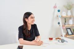 Skriva studera funktionsdugligt planläggningsbegrepp Asiatisk kvinna som skriver j royaltyfria foton