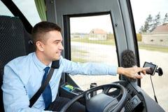 Skrivande in adress för bussförare till gps-navigatören royaltyfria bilder