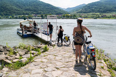 Skrivande in färja för folk över Danube River i Durnstein, Wachau I Arkivbilder