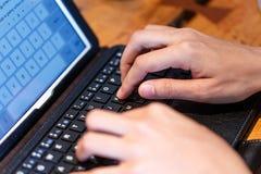skrivande för kvinnligfingertangentbord Fotografering för Bildbyråer