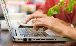 skrivande för kvinnlighandbärbar dator Fotografering för Bildbyråer