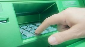 Skrivande in kod f?r ATM-bankomatstift lager videofilmer