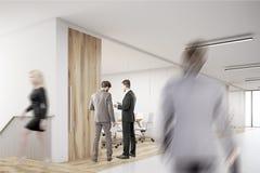 Skrivande in kontor för man med massor av människor Arkivbild