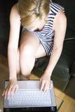 skrivande kvinna för bärbar dator royaltyfri foto