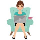 skrivande kvinna för bärbar dator Royaltyfria Bilder