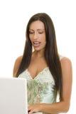 skrivande kvinna för lycklig bärbar dator arkivbilder