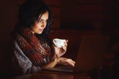 skrivande kvinnabarn för bärbar dator Arkivfoto