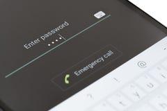 Skrivande in lösenord på den Android telefonen Arkivbild