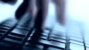 Skrivande på tangentbordet stock video