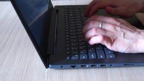 Skrivande p? tangentbordet arkivfilmer