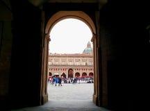 Skrivande in piazza Maggiore, Bologna, Italien royaltyfri fotografi