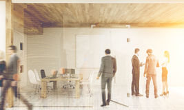 Skrivande in rum för man med idékläckningkollegor som tonas Arkivfoton