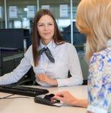 Skrivande in säkerhetsdetaljer för kvinna för kreditkort Royaltyfri Fotografi