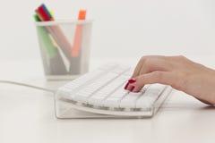 Skrivande tangentbord för affärskvinna royaltyfria bilder