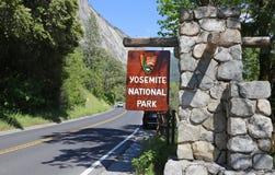 Skrivande in Yosemite NP royaltyfria bilder