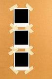 Skrivar det ögonblickliga fotoet ut för tom polaroidstil med det klibbiga bandet i rad Royaltyfria Foton