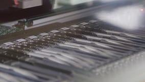 Skrivar det tekniskt avancerade maskinhjälpmedlet ut för roboten, och kontroller gå i flisor arkivfilmer