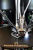 skrivare 3D under arbetsprocess Ny printingteknologi Arkivfoto
