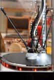 skrivare 3D under arbetsprocess Ny printingteknologi Arkivbilder