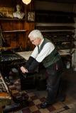 Skrivare som använder tryckpress Fotografering för Bildbyråer