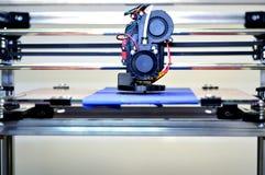 skrivare som 3D skrivar ut en modell i form av svart skallenärbild Royaltyfria Bilder