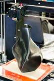 skrivare som 3D skrivar ut en modell i form av svart vasnärbild Arkivfoto