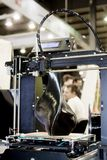 skrivare som 3D skrivar ut en modell i form av svart vasnärbild Arkivbild