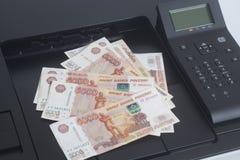 Skrivare som skrivar ut räkningar för ryska rubel royaltyfri fotografi