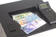Skrivare som skrivar ut schweizisk franc, valuta av Schweiz royaltyfria foton