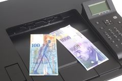Skrivare som skrivar ut schweizisk franc, valuta av Schweiz royaltyfria bilder