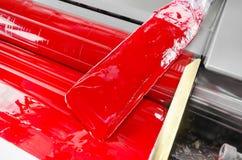 Skrivaren är rinnande rött magendafärgfärgpulver royaltyfri bild