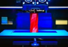 skrivaren 3D fungerar och skapar ett objekt från den varma smälta plasten- Royaltyfri Foto
