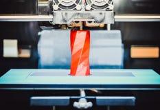 skrivaren 3D fungerar och skapar ett objekt från den varma smälta plasten- Arkivbilder