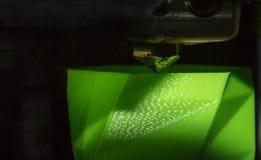 skrivaren 3D fungerar och skapar ett objekt från den varma smälta plasten- Arkivbild