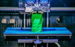 skrivaren 3D fungerar och skapar ett objekt från den varma smälta plasten- Royaltyfri Fotografi