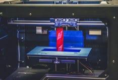 skrivaren 3D fungerar och skapar ett objekt från den varma smälta plasten- Arkivfoton