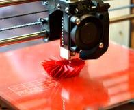 skrivaren 3D skrivar ut den röda formen Arkivfoton