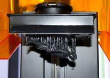 Skrivaren för Stereolithography DPL 3d skapar den lilla detaljen, och flytande dryper Royaltyfria Foton