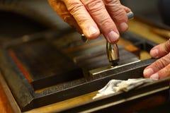 Skrivarhänder drar åt skriver i jakt arkivbild