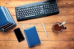 Skrivbord affärstillbehör på en träbakgrund Fotografering för Bildbyråer