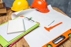 Skrivbord av den strukturella teknikern som hårt arbetar på arbetsdagsmed saf fotografering för bildbyråer