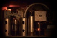 Skrivbord av en retro 60-tal - 70-talelektriker, under glödande lampa Royaltyfria Bilder