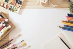 skrivbord av konstnärfärgblyertspennor med utrymme Royaltyfria Foton