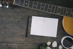 Skrivbord av sångkompositören för en arbetslåtskrivare royaltyfri fotografi