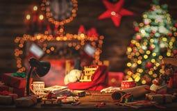 Skrivbord av Santa Claus i jul royaltyfri fotografi