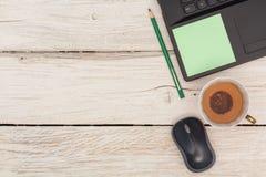 Skrivbord: Bärbar dator och grönt te Royaltyfri Bild