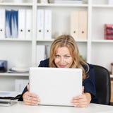 Skrivbord för affärskvinnaBehind Laptop At kontor Royaltyfria Foton