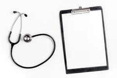 Skrivbord för arbete för doktors` s i sjukhus med modellen för bästa sikt för bakgrund för notepad och för stetoskop den vita royaltyfria bilder